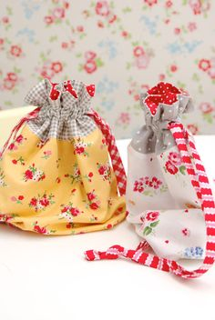 Lined drawstring bag pattern Small Sewing Projects, Sewing Hacks, Sewing Tutorials, Sewing Patterns, Quilt Tutorials, Fabric Crafts, Sewing Crafts, Fabric Gift Bags, Craft Bags