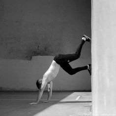 Handstand lernen Handstand Training, Yoga Fitness, Holding Hands, Abs, Sport, Crossfit, 12 Weeks, Keep Running, Crunches