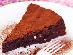 Tummaa suklaata sisältävä manteli-suklaatorttu on tyylikäs jälkiruoka vaikkapa joulun ajan juhlapöytään. Tarjoa suklaatorttu jäätelön tai kermavaahdon sekä...