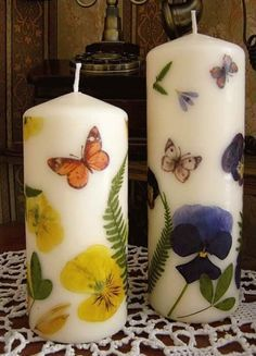 These Dried Flower Decoupage Candles would make a lovely gift. Floating Candle Centerpieces, Diy Candles, Scented Candles, White Candles, Natural Candles, Rainbow Crayon, Diy Fleur, Diy Candle Holders, Luxury Candles
