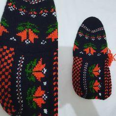 İşte en sevdiklerimden 👏👏🔥 . #patik #patikmodelleri #örgü #elemeği #elemeğigöznuru #anneeli #hobby #çeyiz #bohça #gelinbohçası #elişi #5şiş… Knit Baby Shoes, Crochet Slippers, Baby Knitting, Flip Flops, Amigurumi, Flip Flop Sandals, Slippers Crochet, Amigurumi Patterns, Crocheted Slippers