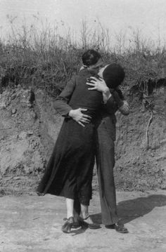 The fate of numerous love letters exchanged by Bonnie Parker and Clyde Barrow, have been a point of keen fascination, contention and wo. Bonnie Parker, Bonnie Clyde, Bonnie And Clyde Death, Old Pictures, Old Photos, Vintage Photos, Catherine Deneuve, Brigitte Bardot, Bonnie And Clyde Pictures