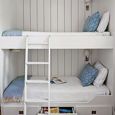 Room for Everyone Borrowing cues from life aboard a ship, the designers of this Galveston Bay, Texas, home maximized sleeping space in the boys& bedroom by working with builder Neil Potter to design and construct custom bunk beds. Bunk Beds Built In, Bunk Beds With Stairs, Kids Bunk Beds, Custom Bunk Beds, Bunk Rooms, Bunk Bed Designs, Bedroom Designs, Murphy Bed Plans, Small Room Design