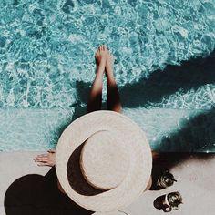 Look de mujer con sombrero de verano