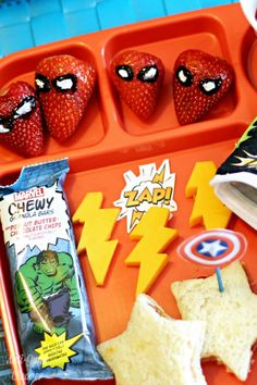 Do you have a superhero fan who would love to eat lunch like one? Check out my ideas for a bento-style superhero lunch that is sure to bring on the smiles. Bento Box Lunch For Kids, Kids Lunch For School, Healthy School Lunches, Healthy Snacks For Kids, Lunch Ideas, Eat Lunch, Lunch Box, School Birthday Snacks, Birthday Lunch