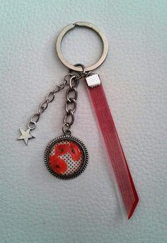 Porte clefs/bijoux de sac argenté cabochon coquelicot rubans rouge et blanc breloque