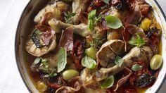 Recette de poulet aux olives, à la pancetta et aux tomates.