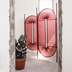 Un paravent bordeaux oval très moderne et design pour séparer l'espace avec style