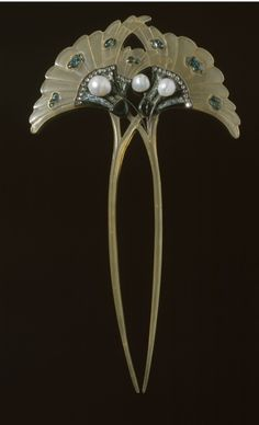 "Art Nouveau, Georges Fouquet | ""Spillone Doppio"" 1905-1906. Horn, gold, enamel on mesh, diamonds, pearls  ."