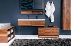 Quem não curti um bom e belo banheiro?  Para que este ambiente fique zen e clean, aposte na decoração minimalista. Elementos em madeira e azulejos com estilo darão todo o charme.