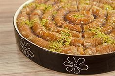 Από τον Pastry Chef Σοφοκλή Ρουμελιώτη Hμέρα προβολής 30/10/14. Πατήστε εδώ για να δείτε την εκπομπή. ΥΛΙΚΑ 350 γρ. φύλλο Βηρυτού 150 γρ. αμύγδαλα ωμά 200 γρ. βούτυρο Lurpak 50 γρ. φιστίκια Αιγίνης Για το σιρόπι: 200 γρ. νερό 300 γρ. ζάχαρη 1 κ.σ. μέλι 1 φέτα πορτοκάλι με τη φλούδα του ΕΚΤΕΛΕΣΗ Χτυπάμε στο … Greek Sweets, Greek Desserts, Greek Recipes, Fun Desserts, Food Network Recipes, Food Processor Recipes, Cooking Recipes, Greek Cake, The Kitchen Food Network