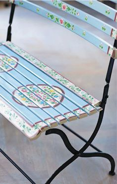 Dainty paint technique for a garden bench. Love the circles on the seat which seems to mark where you sit!