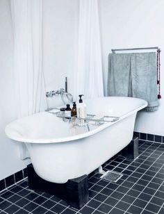 Badekarret er fra Bad & Stil og armaturet fra Vola, designet af Arne Jacobsen.