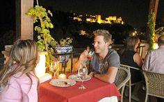 Terraza restaurante con vistas a la Alhambra de noche