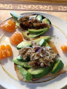 Crab Cakes on Avocado Toast Avocado Recipes, Sandwich Recipes, Good Food, Yummy Food, Yummy Yummy, Healthy Snacks, Healthy Recipes, Easy Recipes, Zone Diet