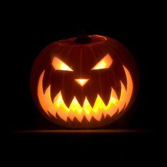 Easy Scary Pumpkin Carving Faces Design Ideas & Face Patterns, templates 2018 : Halloween is one of the most loving festival in most of the countries where it is celebrated. Cool Pumpkin Designs, Halloween Pumpkin Designs, Scary Halloween Pumpkins, Image Halloween, Fröhliches Halloween, Adornos Halloween, Spirit Halloween, Halloween Costumes, Scary Pumpkin Carving