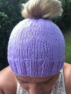 Free knitting pattern for a messy bun or ponytail hat. Free knitting pattern for a messy bun or ponytail hat. Circular Knitting Patterns, Beanie Knitting Patterns Free, Beanie Pattern, Free Knitting, Hat Patterns, Mittens Pattern, Loom Knitting, Knitting Stitches, Crochet Patterns