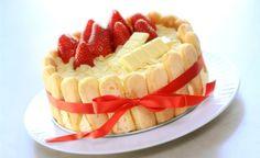 Valentýnský dort nemusí být jen tmavý čokoládový ve tvaru srdce. Udělejte si raději smetanově jemnou Charlottu, která voní po mandlích a amarettu. Ozdobte ji jahodami, ačkoliv nejsou tak voňavé a sladké jako v létě. Ale k zamilovanému Valentýnu patří a k chuti dortu ladí nejvíce. Zbytek klidně můžete použít k šampaňskému.
