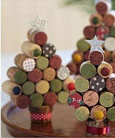 Recyclez vos bouchons de liège avant Noël et faites quelques petits sapins pour le centre de table.