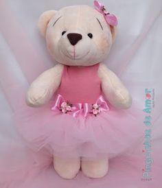 Ursa bailarina confeccionada com pelúcia importada, mede 45cm de altura e tem os braços articulados.