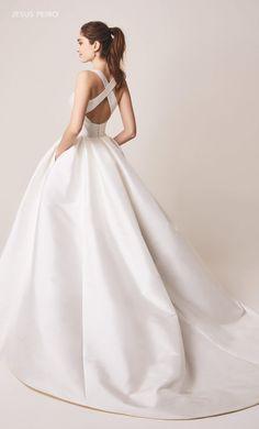 Wedding Dress Suit, Wedding Dress Sleeves, Dream Wedding Dresses, Wedding Gowns, Grey Bridesmaids, Grey Bridesmaid Dresses, Sophisticated Wedding Dresses, Red Silk Dress, Flower Dresses
