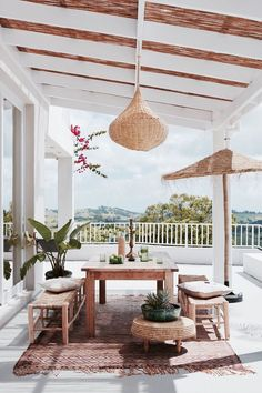 Light and layered outdoor patio #outdoorliving