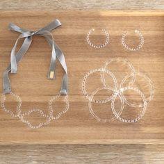 パイレックスガラスの美しいアクセサリー。 難しい丸い形なのにモールド【型】は一切使わない。 まさに職人魂。 ハレノヒにつけて友人の結婚式に…おしゃれですよね。 Resin Jewelry, Glass Jewelry, Jewlery, Silver Jewelry, Handmade Jewelry, Contemporary Jewellery, Diy And Crafts, Delicate, Jewelry Design