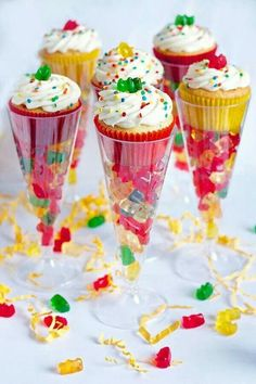 Just spotted these Boozy Gummy Bear Cupcakes from Erica's Sweet Tooth and had to share them with you! What a super cute, fun, simple way to serve up cupcakes and a delicious boozy treat! For the recipe, visit Erica's Sweet Tooth! Beer Cupcakes, Party Cupcakes, Cupcakes Kids, Cupcake Favors, Party Cups, Hawaiin Cupcakes, Cool Cupcakes, Sweet 16 Cupcakes, Flavored Cupcakes
