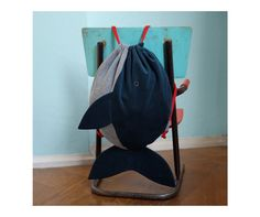 This unique gym bag - handmade of organic cotton - is perfect for kindergarden, gym classes or day trips. Just pack everything you need inside the large whale's tummy! Created with dark blue. Mochila Tutorial, Fish In A Bag, Craft Bags, Bag Patterns To Sew, Baby Store, Kids Bags, Handmade Bags, Backpack Bags, Purses And Bags