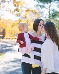 Мама учит дочь лесбийской любви