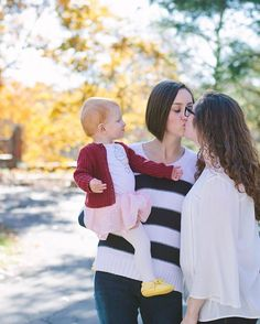 I LOVE Living Rosa's vlogs. They are a lesbian couple that and their daughter concieved through recipical IVF and are xurrently pregnant with twins.  Photo credit: @blovelyphoto  #livingrosa