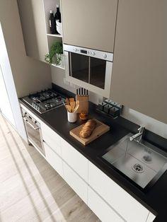 reforma cocina moderna, encimera negra, muebles sin tiradores, suelo parquet