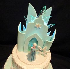 Fondant and gumpaste accents. Also hard candy 'ice'. Frozen Castle Cake, Disney Frozen Cake, Frozen Birthday Cake, Frozen Cake Topper, Frozen Theme Party, Cupcake Cakes, Cupcakes, Elsa Cakes, Ice Castles