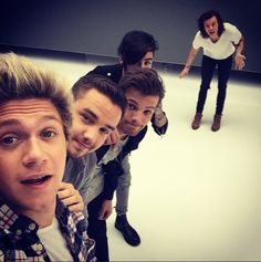 Niall Horan Posts One Direction Selfie Pic: What Is Harry Styles Doing? | Cambio