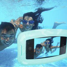Im Sommer passieren im und unter Wasser zu viele lustige Dinge, um sie nicht auf Foto festzuhalten ... Aber wie, wo das Smartphone doch die Kamera ersetzt hat? Ganz einfach: Mit dem Aqua Case für's Handy!