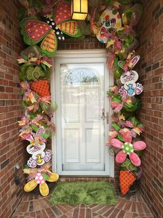 Easter Door Easter Garland, Easter Wreaths, Easter Egg Crafts, Easter Decor, Easter Ideas, Deco Mesh Garland, Christmas Front Doors, Hoppy Easter, Easter Holidays