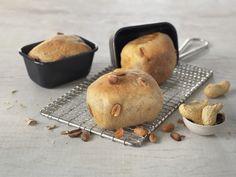Små peanøttbrød passer for deg som elsker peanøtter og at brødet er luftig og halvgrovt. Deigen av fullkornshvetemel stekes i form eller som rundstykker. Stuffed Mushrooms, Muffin, Baking, Vegetables, Breakfast, Stuff Mushrooms, Morning Coffee, Bakken, Veggies