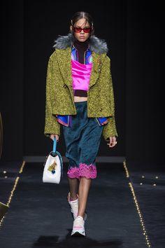 VERSACE FALL WINTER 2019 RTW Versace Fashion, Versace Home, Milan Fashion, Star Fashion, Runway Fashion, Fashion Show, Autumn Fashion, Fashion Outfits, Hot Pink Fashion