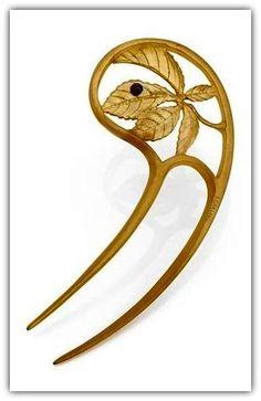 Lucien Gaillard   An Art Nouveau 'Feuille de Maronnier' comb.  The horn comb with a buckey leaf motif, decorated with an enamel labybird.