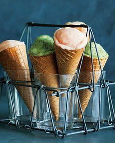 #ELLEgourmet 今すぐ使えるパーティーウケするおしゃれフードTIPS人が集まる機会も増えるホリデイシーズン簡単に出来るけれどゲストからわっと歓声が上がるようなサプライズのあるプレゼン術フードTIPSを伝授 まずはアイスクリームコーンポテトマッシュポテトをピンクたらことグリーンバジルペーストにカラーリングアイスクリームコーンに盛ってスタンドに立てたらまるで本物のアイスみたい次にりんごのキャンディポップコーン姫りんごを串に刺して砂糖と水で作った飴にくぐらせたらすぐにポップコーンの海へダイブ大人かわいいロリポップスイーツ最後に2色ズッキーニのミートグラタンをご紹介黄色とグリーン2色のズッキーニの中身をくりぬいたらミートソースとチーズを入れてグリル手でも取り分けやすいように具をきっちり入れてはみ出さないようにするのがコツぜひ試してみて #elleonline #ellejapan @ellegourmetjp #partyfood via ELLE JAPAN MAGAZINE OFFICIAL INSTAGRAM - Fashion Campaigns  Haute…