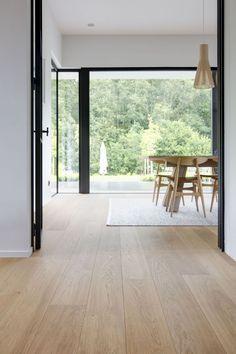 Met een eikenhouten plankenvloer van Nobel Flooring werd in deze nieuwbouwwoning een scandinavische look gecreëerd   OBLY.com inspiratieplatform & blogazine luxe wonen