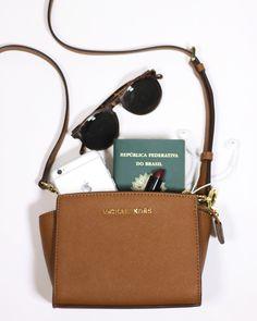Mini @michaelkors (via @bobags)  óculos de sol = combinação perfeita para o feriado!  {Basta digitar Bobags para encontrar #itbags como essa no iLove!} #ShopOnline . . . #NewIn #michaelkors #bags #ootd #holiday #travel #instamood #fashiontravel #sunglasses