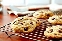 PERFECT Easy Chocolate Chip Cookies Recipe Are you a beginner in baking cookies? Well, you've found thee right recipe for you! These popular chocolate chip cookies are so easy to cook! Hershey's Chocolate Chips, Milk Chocolate Chip Cookies, Hershey Chocolate, Semi Sweet Chocolate Chips, Chocolate Recipes, Vegan Chocolate, Macarons Chocolate, Chocolate Pavlova, Chocolate Crinkles