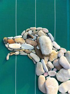Pebbles: 25 ideas for creative art inspiration - Pebble art Informations About Pebbles: 25 ideas for creative art inspiration Pin You can eas - Pebble Mosaic, Pebble Art, Mosaic Art, Rock Mosaic, Stone Mosaic, Stone Crafts, Rock Crafts, Art Pierre, Rock Sculpture