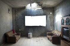 salotto di un appartamento della Striscia di Gaza. Foto: © Kent Klich