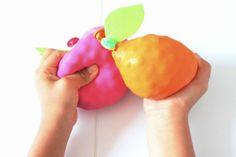 Los juegos sensoriales hacen parte importante en el desarrollo de los niños, por medio de estos ayudamos a estimular su creatividad e imaginación, les abrimos un espacio para ampliar su vocabulario, pues mientras están experimentando con ellos podemos introducir nuevas palabras como blando-áspero, pesado-liviano, también podemos enseñarlesnuevos colores dependiendo los que hayas elegido en la actividad. EstosGlobos Sensoriales que hoy te enseño a hacer son maravillosos, pues…