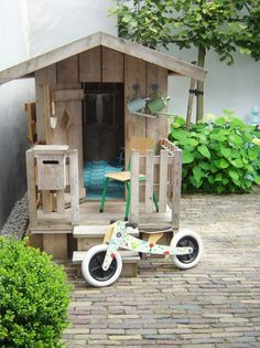 mommo design: WELCOME SUMMER - 5 ways to recycle pallets in the garden (Kids Wood Crafts Backyards) Pallet Playhouse, Backyard Playhouse, Build A Playhouse, Outdoor Playhouses, Outdoor Forts, Playhouse Ideas, Cubby Houses, Play Houses, Recycled Pallets