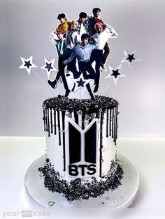 Your Cake. Tarta BTS Para una gran fan de grupo musical BTS, en su 18 cumpleaños no podía faltar una referencia a su grupo favorito.  BTS es un grupo surcoreano de k-pop que arrasa entre los más jóvenes, una boy band formada por 7 integrantes y que los últimos años han alcanzaron el éxito en todo el mundo, siendo en España el número 1 de ventas de discos gracias a su último lanzamiento 'Map of the Soul:7' #bts #map_of_the_soul_7 #btsfan #btscake #btsworld  #방탄소년단 #anniversarycake #chocolatecake Bts Happy Birthday, Cute Birthday Cakes, Birthday Parties, Theme Bts, Bts Cake, Bts Christmas, Bithday Cake, Cake Decorating Piping, Bts Birthdays