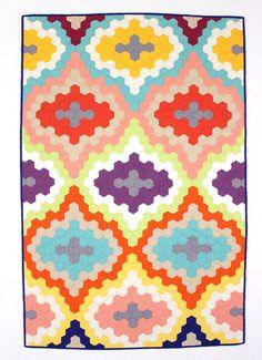 Dies ist eine geometrische Baby Quilt oder Kleinkind Quilt, handgefertigt mit Qualität Quilten Baumwolle, die dauern wird. Er misst 34 x 51 .
