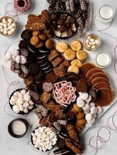 Charcuterie Recipes, Charcuterie And Cheese Board, Dessert Platter, Dessert Table, Easy Holiday Desserts, Christmas Recipes, Bar A Bonbon, Waffle Cookies, Delicious Desserts